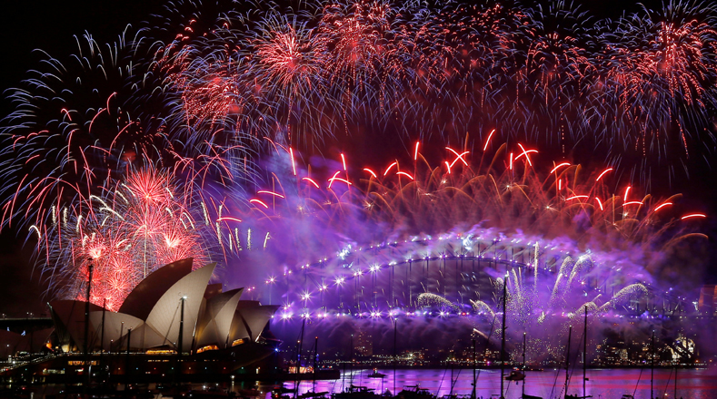 Fireworks explode over the Sydney Opera House and Harbour Bridge as Australia ushers in the New Year in Sydney, January 1, 2017. REUTERS/Jason Reed TPX IMAGES OF THE DAY