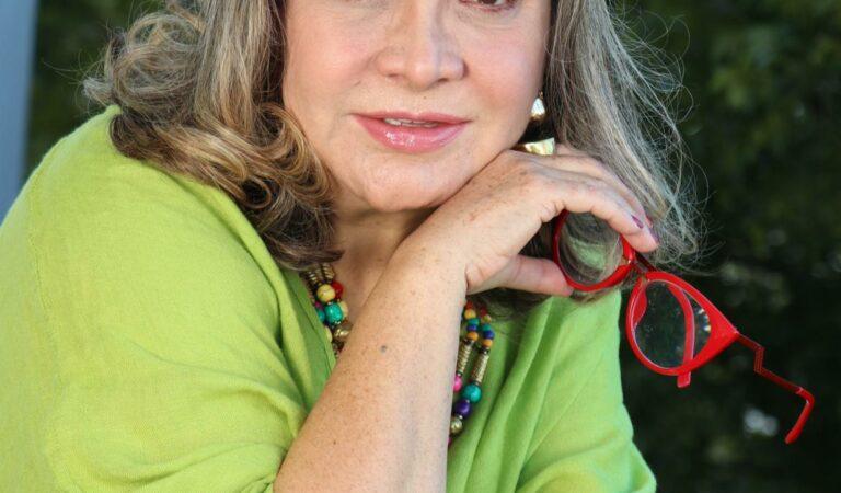 Elba Escobar inicia gira con su Stand Up Comedy